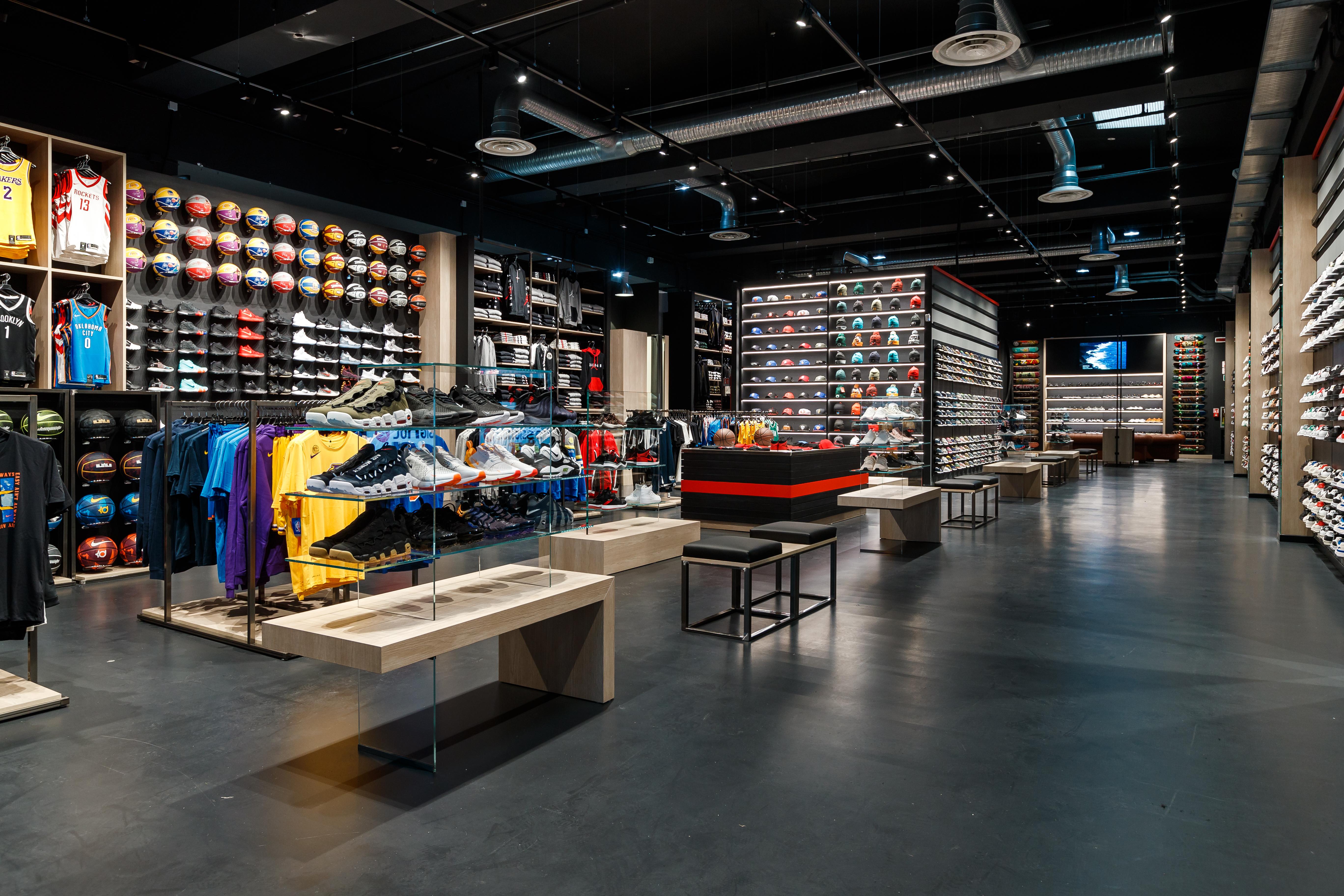 b42e11e00e3c Sacchi Studio Luce si è occupato della proposta illuminotecnica inerente  all'impianto del nuovo punto vendita Maxi Sport di Brescia, situato in via  ...